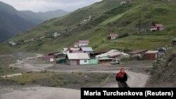 Село в горах, иллюстративное фото