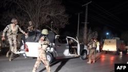 Пакистанские военные рядом с территорией полицейской академии, на которую совершили нападение боевики. Кветта, 24 октября 2016 года.