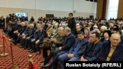 Жазушы, мемлекет қайраткері Әбіш Кекілбаевпен қоштасу рәсіміне қатысушылар. Астана, 13 желтоқсан 2015 жыл.