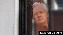 19 маи соли 2017. Муассиси Wikileaks аз тирезаи сафорати Эквадор нигоҳ мекунад
