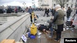 На месте теракта в Лондоне. 22 марта 2017 года.