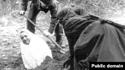İranda şəriət qaydalarına uyğun olaraq daşqalaq edilməyə məhkum olunmuş qadının cəzasının icrasına hazırlıq gedir.