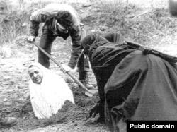 İranda daş-qalaq cəzasına hazırlanan qadın