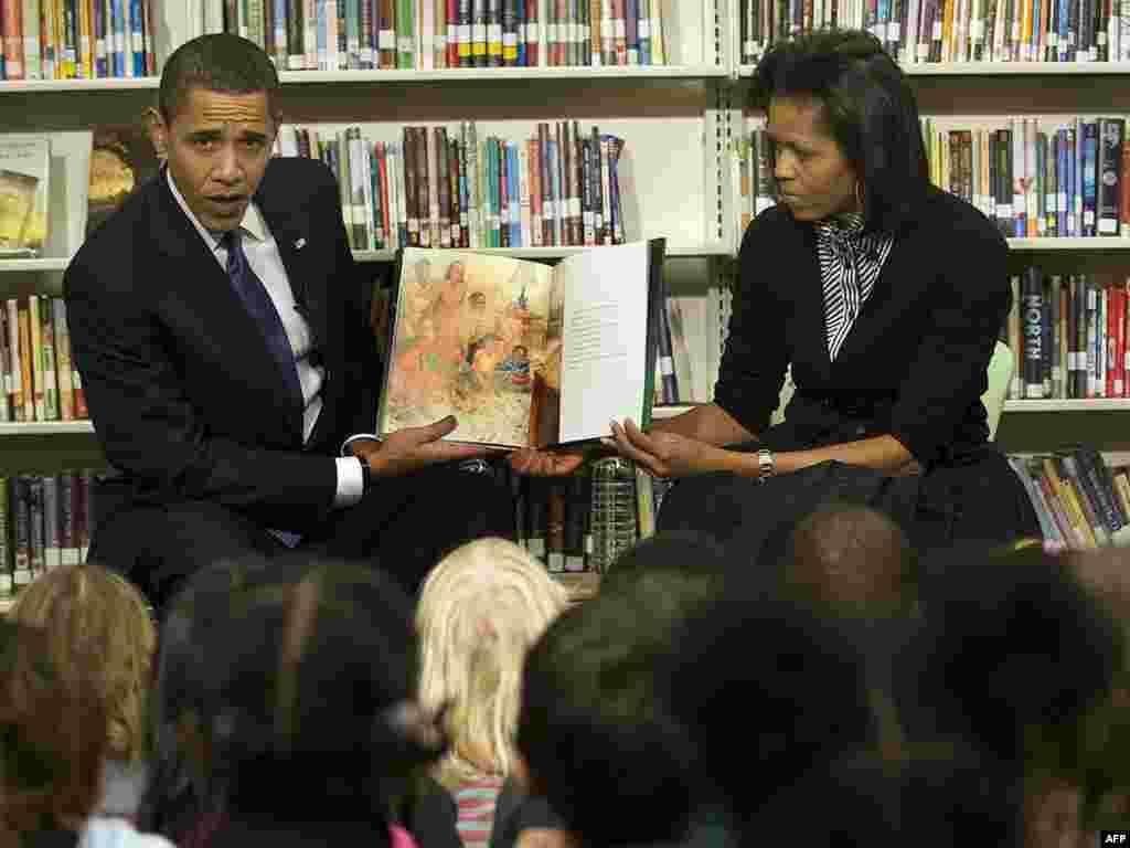 Барак и Мишел Обама прочитали второклассникам книгу про астронавта Нила Армстронга.