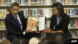 Обама хатыны Мишель белән Вашингтон мәктәбендә балалар белән очраша
