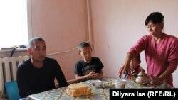 Семья Кыдырбаева за столом. Село Краснознаменное, 23 июля 2016 года.
