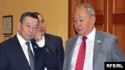 Председатель мажилиса парламента Урал Мухамеджанов (справа) и его заместитель Жанибек Карибжанов (слева). Астана, 31 марта 2010 года.