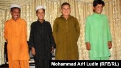 Ауғанстанның қауіпсіздік қызметі қолға түсірген жанкешті балалар. Турхам, 7 мамыр 2011 жыл