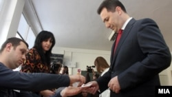 Премиерот Никола Груевски гласа за време на локалните избори 2013.