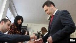 Премиерот Никола Груевски гласаше во основното училиште Кузман Јосифовски Питу во Скопје. Локални избори 2013.