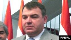 Сердюков во время посещения Душанбе 30 июля 2008 г.