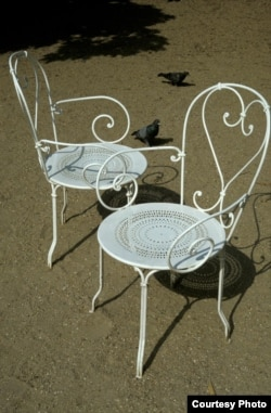 Пара садовых стульев. Париж. Фото Дмитрия Савицкого