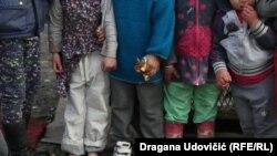 Zagrljena djeca u romskom naselju Mali Leskovac u Beogradu, ilustracija