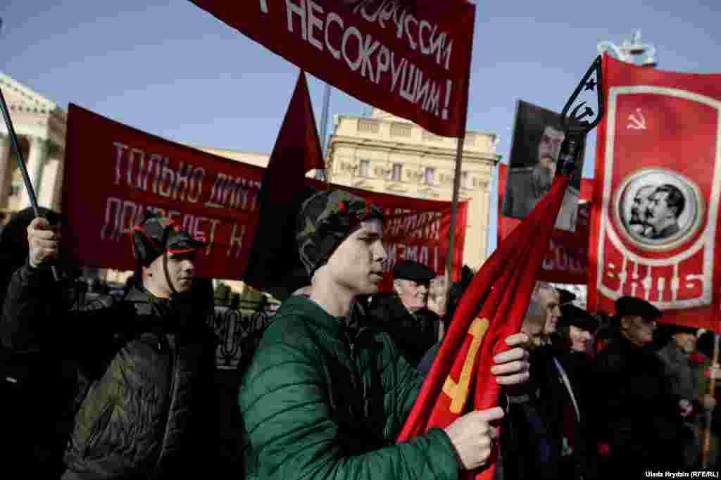 Пред паметника на Феликс Дзерджински в Минск, първият председател на ЧК (Извънредната комисия), която е предшественик на КГБ.
