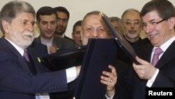 احمد داود اوغلو، وزير امورخارجه ترکيه (راست) منوچهر متکی ، و سلسو آموريم، وزير امور خارجه برزيل،