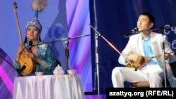Айтыскер ақындар Сара Тоқтамысова мен Жандарбек Бұлғақов. Алматы, 11 ақпан 2012 жыл.
