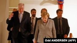 Голова ХСС Хорст Зеегофер (л) та канцлер Німеччини Анґела Меркель під час перерви в переговорах