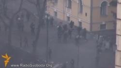 Бої на Інститутській: силовики відстрілюються і тікають