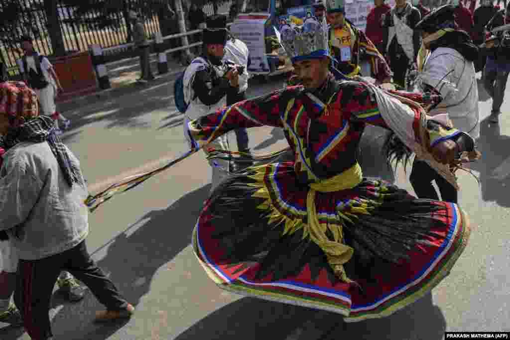 A törzs egyik táncosa az újévi ünnepségen.