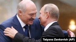 Alyaksandr Lukashenka (solda) və Vladimir Putin (Foto arxivdəndir)