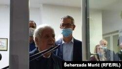 Fikret Abdić se u četvrtak navečer, 29. oktobra, obratio prisutnima koji su se okupili neposredno prije njegovog dolaska