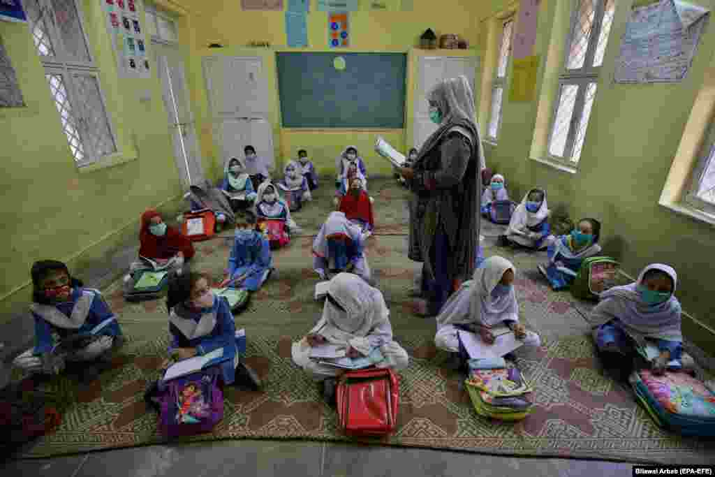 Students attend a class during the first day of primary school after the resumption of classes in Peshawar, Pakistan, on September 30. (epa-EFE/Bilawal Arbab)