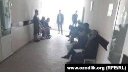 Пациенты Медицинского объединения в городе Кувасай стоят в очереди, чтобы попасть на прием к врачу.
