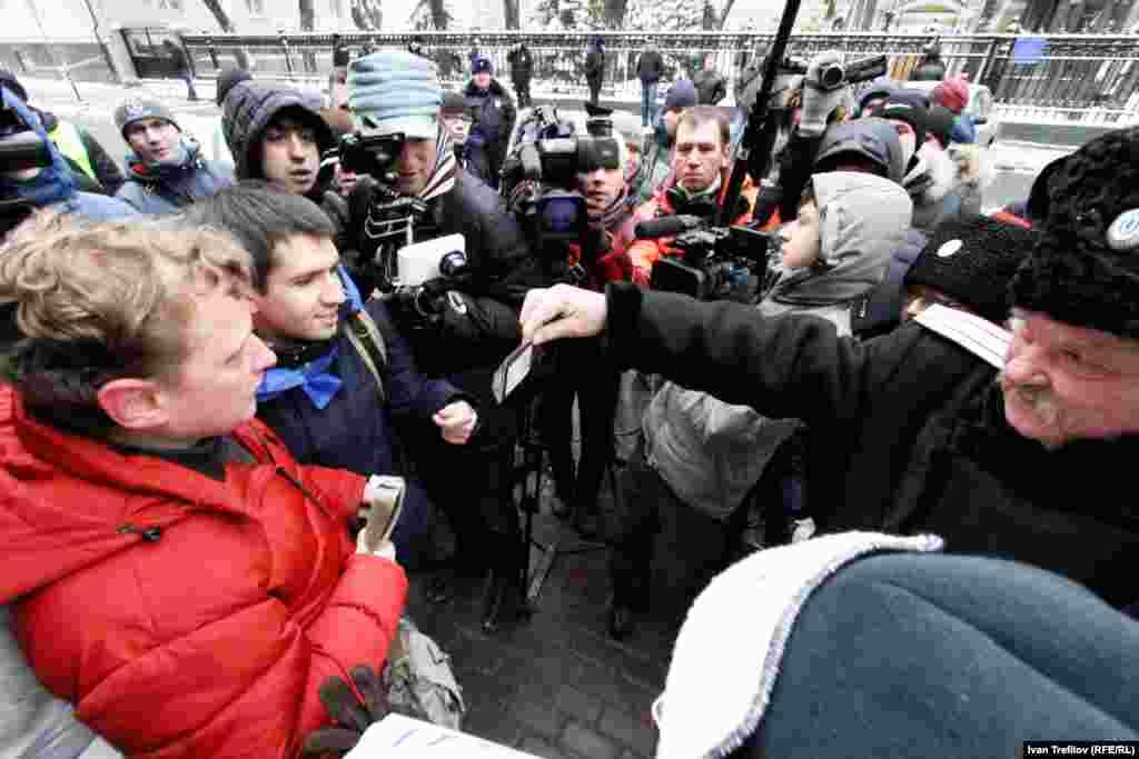 """Московская акция поддержки """"Евромайдана"""". Посольство Украины. Пришли не только сторонники, но и противники - казаки"""