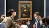 Відвідувачі біля Джоконди Леонардо да Вінчі у відкритому після карантину Луврі. Франція, 6 липня 2020 року