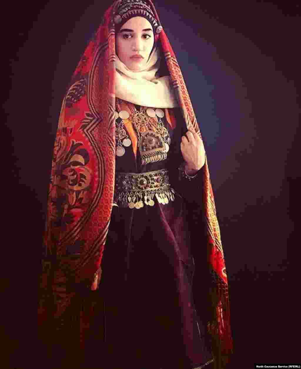 Выходная одежда украшалась узорами, вышивкой и сопровождалась большим количеством украшений из золота и серебра