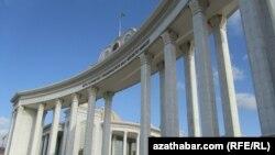 Aşgabatdaky Milli kitaphananyň öňündäki arhitektura arkasy. Aşgabat, 23-nji ýanwar, 2012.