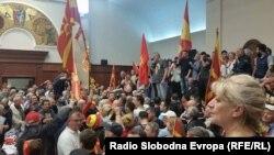 """Скопје - Демонстрантите од иницијативата """"За заедничка Македонија"""" влегоа во Собранието на Македонија на 27.04.2017"""