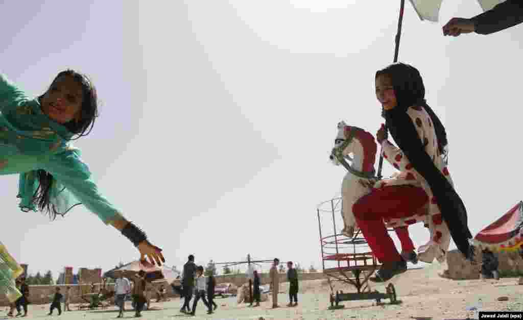 Кабулда Ораза айт кезінде әткеншек теуіп жүрген балалар.