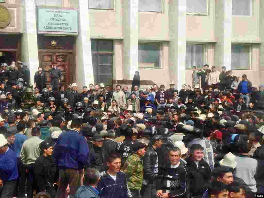 Сторонники оппозиции возле здания областной администрации в Таласе, позже протестующие взяли штурмом здание милиции.