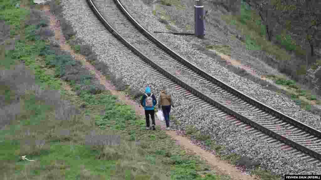 Одні туристи добираються до Загайтанської скелі на автомобілях, інші йдуть пішки