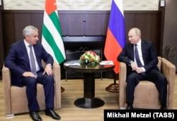 Рауль Хаджимба (л) и Владимир Путин