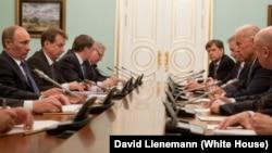 Будучи вице-президентом США, Джо Байден (справа) встречается Владимиром Путиным (слева) в бытность его премьер-министром в Москве 10 марта 2011 года. Справа сзади можно увидеть Майкла Макфола, архитектора «перезагрузки» российско-американских отношений при Бараке Обаме.