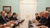 Байден і Путін один проти одного за столом 10 березня 2011 року. Майкл Макфол справа на дальнему місці