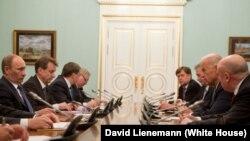 Сол кездегі АҚШ вице-президенті Джо Байден (оң жақта) мен Ресей премьер-министрі Владимир Путиннің (сол жақта) Мәскеудегі кездесуі. 10 наурыз 2011 жыл. Оң жақ қатарда шетте АҚШ-тың Мәскеудегі елшісі Майкл Макфол отыр.