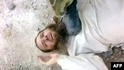 """Suriyanın Homs şəhərində hökumət qüvvələrinin tutduğu üsyançı, 3 sentyabr 2011 (""""Youtube"""" videosundan çıxarılmış şəkil)"""