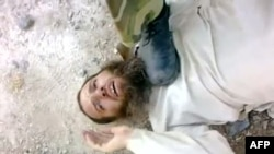 صحنهای از یک ویدئو که معترضان میگویند صحنه شکنجه و قتل یکی از معترضان به نام «لؤی العامر» در حمص بهدست نیروهای دولتی است.
