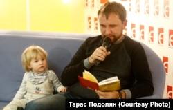 Володимир В'ятрович із сином під час презентації книжки. Київ, 28 листопада 2017 року