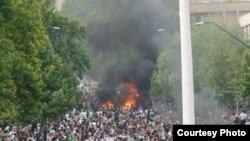 Прихильники Мусаві в зеленому одязі протестують проти офіційних результатів