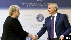 Fostul ministru al dezvoltării regionale Sevil Shhaideh și Liviu Dragnea, liderul PSD, 21 mai 2015, București