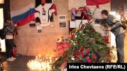 Svijeće i cvijeće u spomen nastradalim hokejašima, 2011.