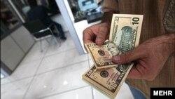 На початку місяця вартість долара становила 23 гривні 69 копійок