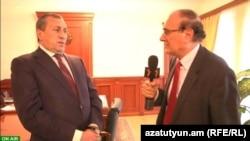 Губернатор Сюникской области Сурен Хачатрян (слева) дает интервью директору Радиj Азатутюн Грайру Тамразяну, Капан, 27 февраля 2013 г.