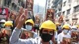 معترضان میانماری در یانگون در روز دوشنبه اول مارس ۲۰۲۱