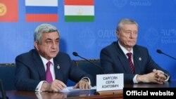 Президент Армении Серж Саргсян (слева) и генсек ОДКБ Николай Бордюжа во время ереванского саммита 14 октября 2016 г.