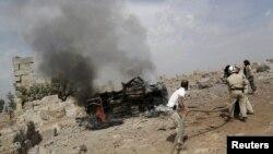 Сириядағы «Ахрар аль-Шам» тобы бақылайтын аумақтағы өртеніп жатқан көлік. Белсенділер бұл маңды ресейлік ұшақтар бомбалағанын айтады. Идлиб қаласы маңы, 1 қазан 2015 жыл.